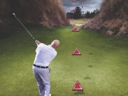 """Finish baixo para uma bola baixa: busque a sensação de acompanhar e """"cobrir"""" a bola com o busto e a parte de cima do corpo, enquanto o peso se desloca ao pé para a frente"""
