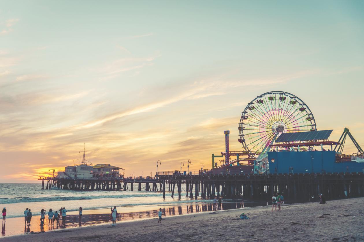 Vale a pena curtir as faixas de areia das praias mais desejadas da Califórnia, como a praia de Santa Monica, a preferida dos turistas
