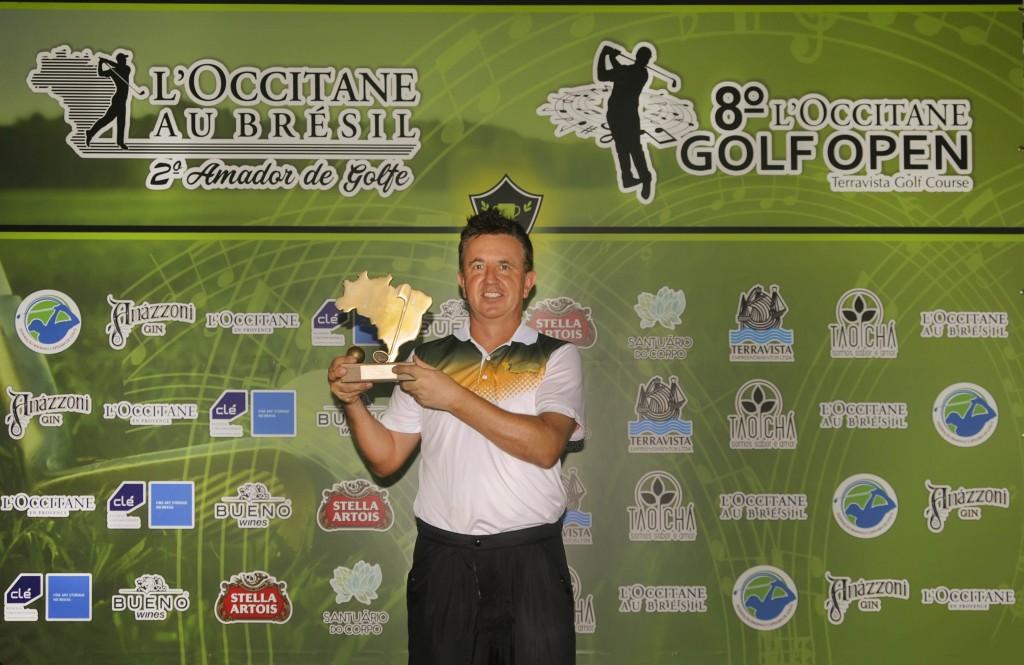 Paul ODoherty com trofeu de campeao do L'Occitane Au Brésil Amador | Foto: Ricardo Fonseca/F2 Comunicação