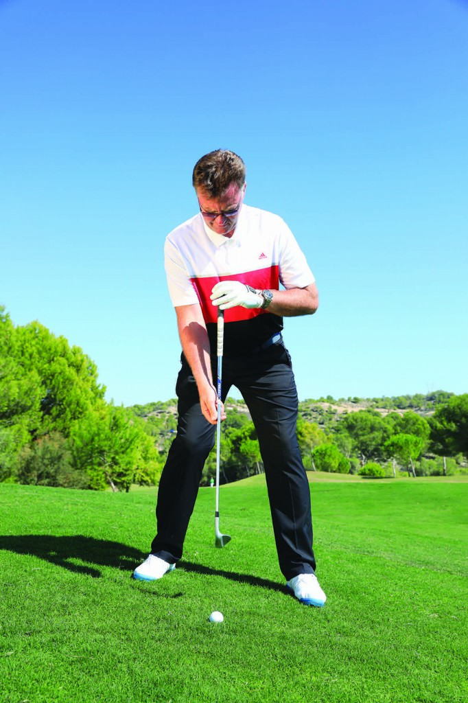 1 OS JOELHOS Para uma abordagem alta, mantenha o esterno acima da bola, mas deixe que os joelhos se flexionem para compensar o declive.