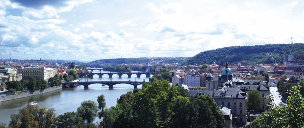 Praga_vista dell'architettura e dei ponti storici sul fiume Moldava