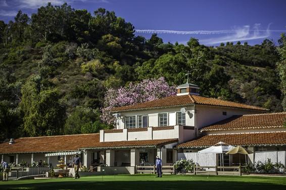 O Wilson Golf Course fica a 25 minutos de carro da Vila Olímpica e é cercado por cenários icônicos hollywoodianos