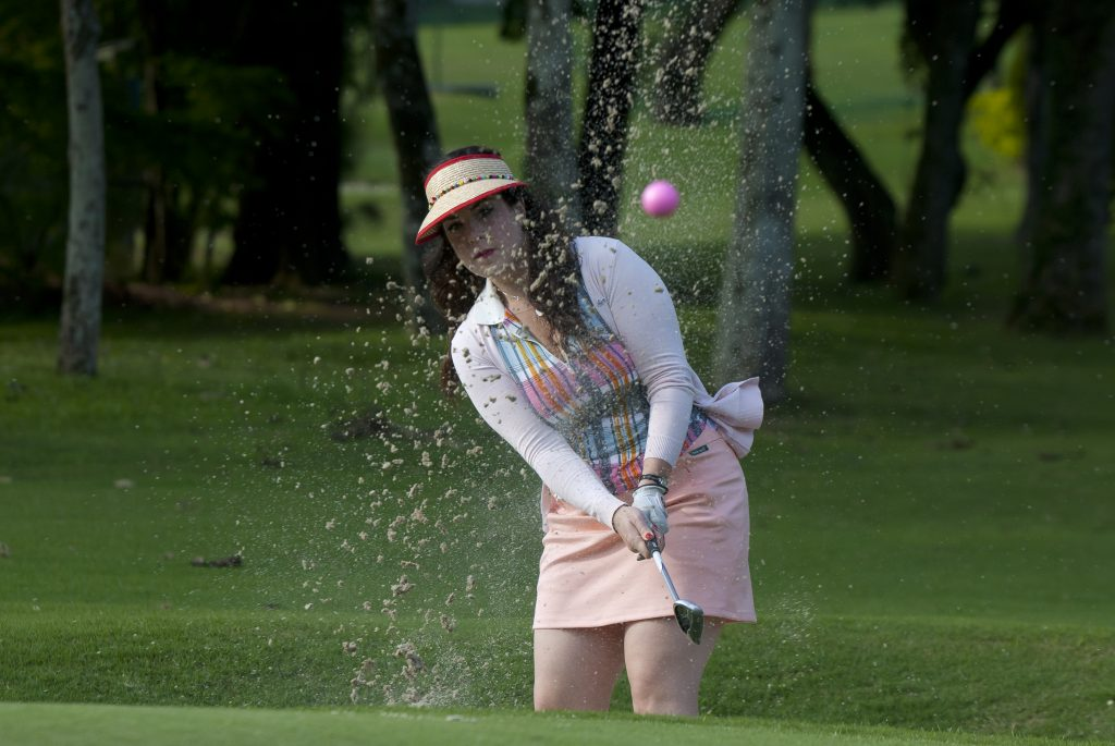 Camila Titinger jogando golfe no Sapezal Golfe Clube (Foto: Zeca Resendes)